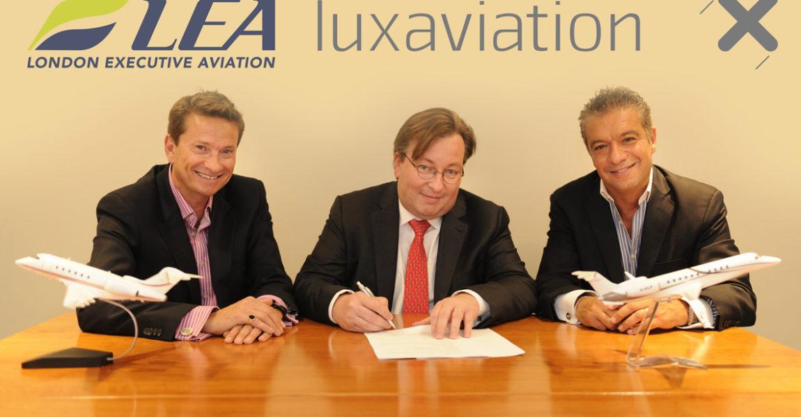 Patrick Margetson-Rushmore, Patrick Hansen und George Galanopoulos (von links) bei der Vertragsunterzeichnung. (Foto: Luxaviation Group)