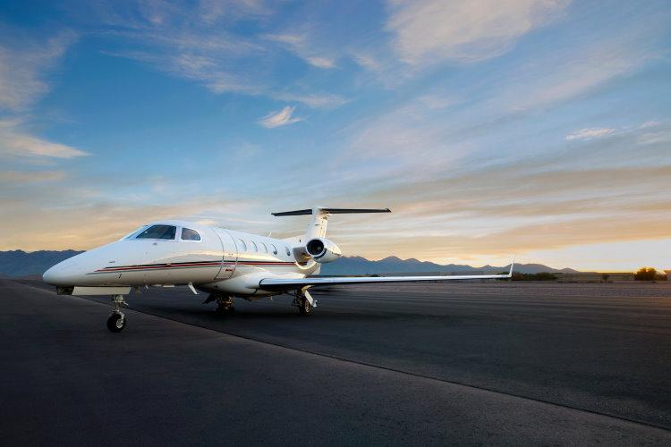 Aufgrund seiner außergewöhnlichen Leistungswerte sind die Jets vom Typ Phenom 300 eine der wenigen, die in La Mole eingesetzt werden können. Bild: NetJets