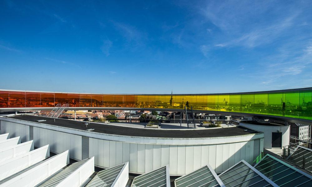 Your Rainbow Panorama - der 150 Meter lange, kreisrunde Laufsteg ungewöhnliche Weitblicke über das Häusermeer, den Hafen und die Aarhuser Ostseebucht. Bild: shutterstock / Tom Roche