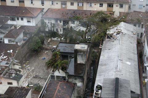 Das Flugzeug stürzte in das Wohngebiet Na Rua Vahia de Abreu in Santos (Sao Paulo). Bild: picture alliance / dpa