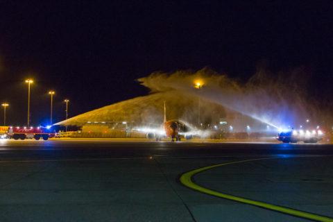 Wassertaufe für die B-737 der TNT in Hannover. Bild: Flughafen Hannover