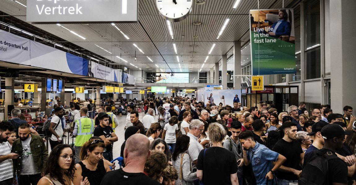 24.07.2019, Niederlande, Schiphol: Fluggäste warten in der Abflughalle des Flughafens Schiphol. Nach einer großen Panne im Tank-System am Amsterdamer Flughafen Schiphol ist der Flugverkehr noch immer behindert. Reisende müssten auch am Donnerstag noch mit Verspätungen undAnnullierungen rechnen, teilte derFlughafen am Donnerstag mit. Foto: -/ANP/dpa +++ dpa-Bildfunk +++