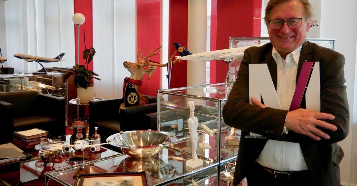 Zum Jahreswechsel muss Dr. Michael Kerkloh sein Büro räumen. Dem scheidenden Flughafen-Chef ist der Airport im Erdinger Moss sehr ans Herz gewachsen. Die Flugzeugmodelle, die er in 17 Jahren gesammelt hat, sollen künftig in der Verwaltungskantine stehen. Foto: Aeroscope.de