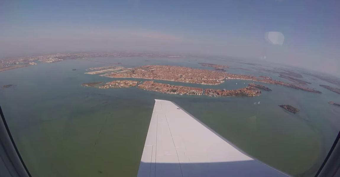 Der PC-24 im Anflug vor der Altstadt von Venedig